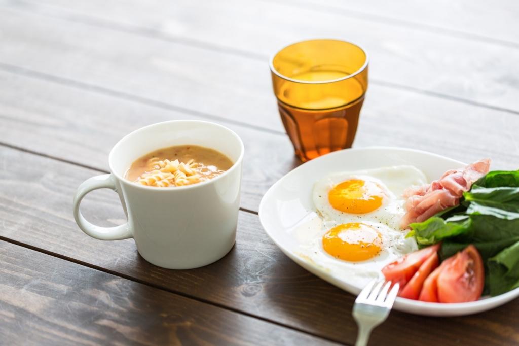 朝食をしっかり食べてお腹が鳴るのを予防する