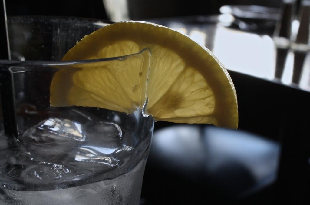 フランス人女性は食事のときに水をたくさん飲む