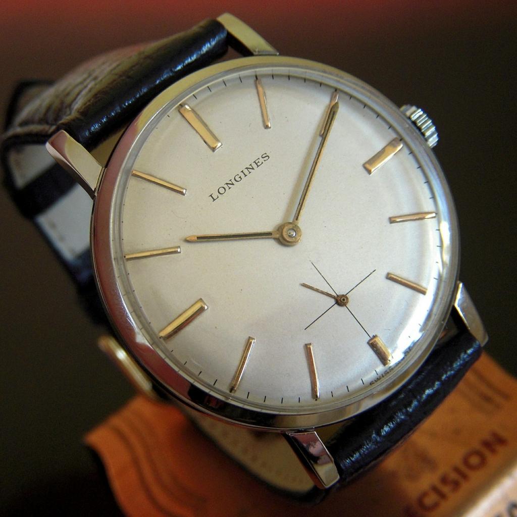 時計の広告が10時10分を指しているワケ