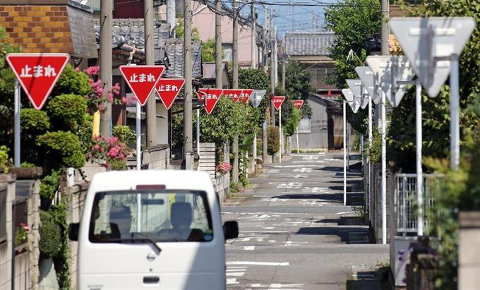 群馬では止まれの標識が400メートルに27個ある