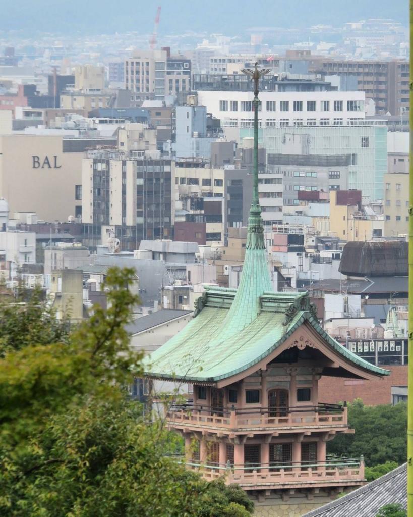 銅閣寺の楼閣からは京都市内を一望できる