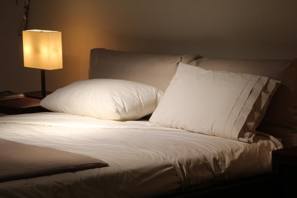 効率的な睡眠のために固めの布団で眠る