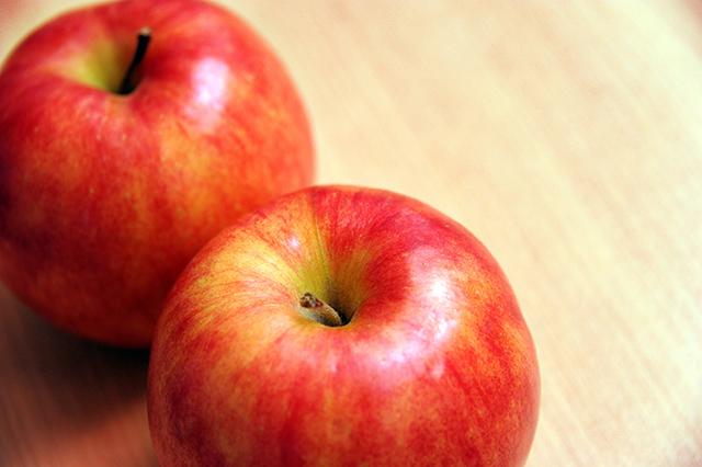 食事の最後にセロリやリンゴを食べて歯を白くする