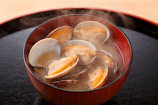 貝のお味噌汁の貝殻はフタに乗せてはいけない