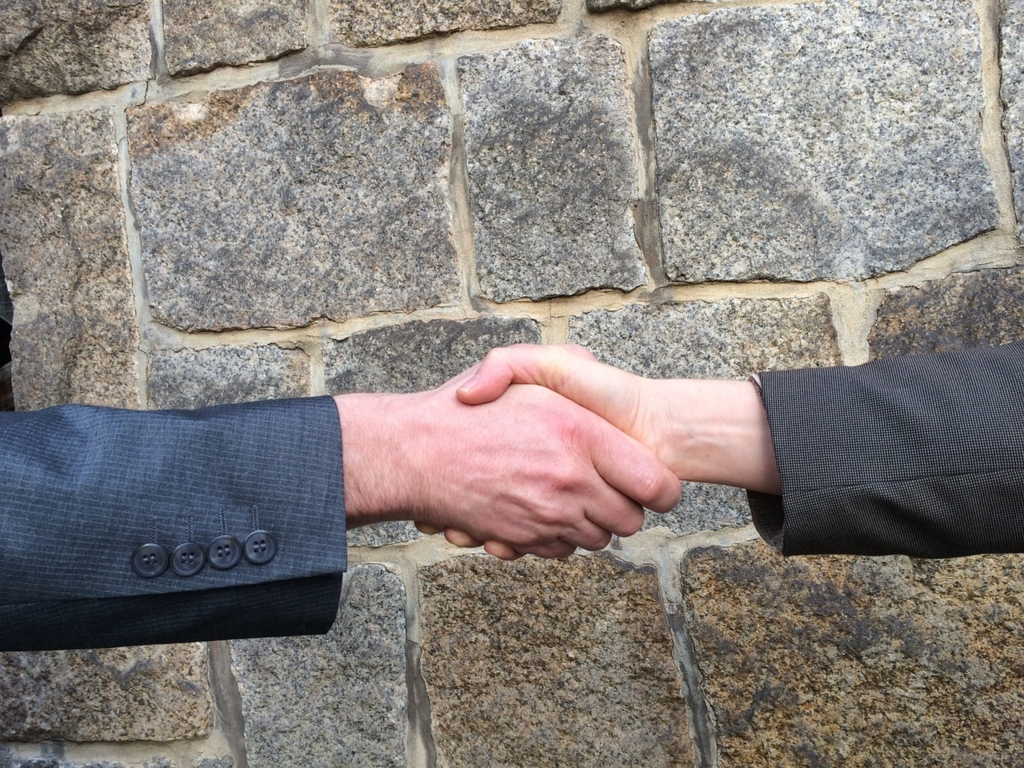 男性から女性に握手を求めるのはマナー違反