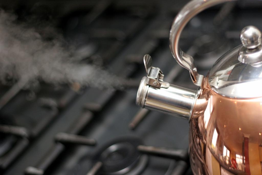 やかんでお湯を沸かして湿度を上げる
