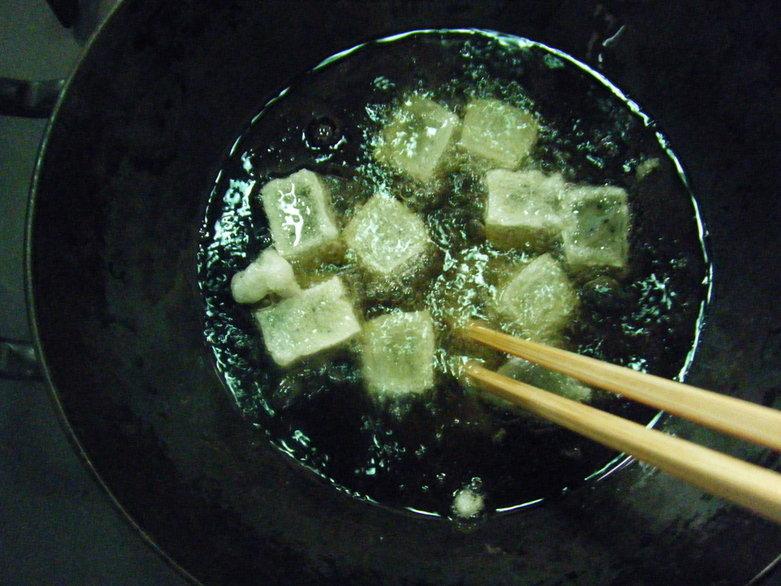 余ったお餅を油で揚げるだけでおかきは簡単にできる