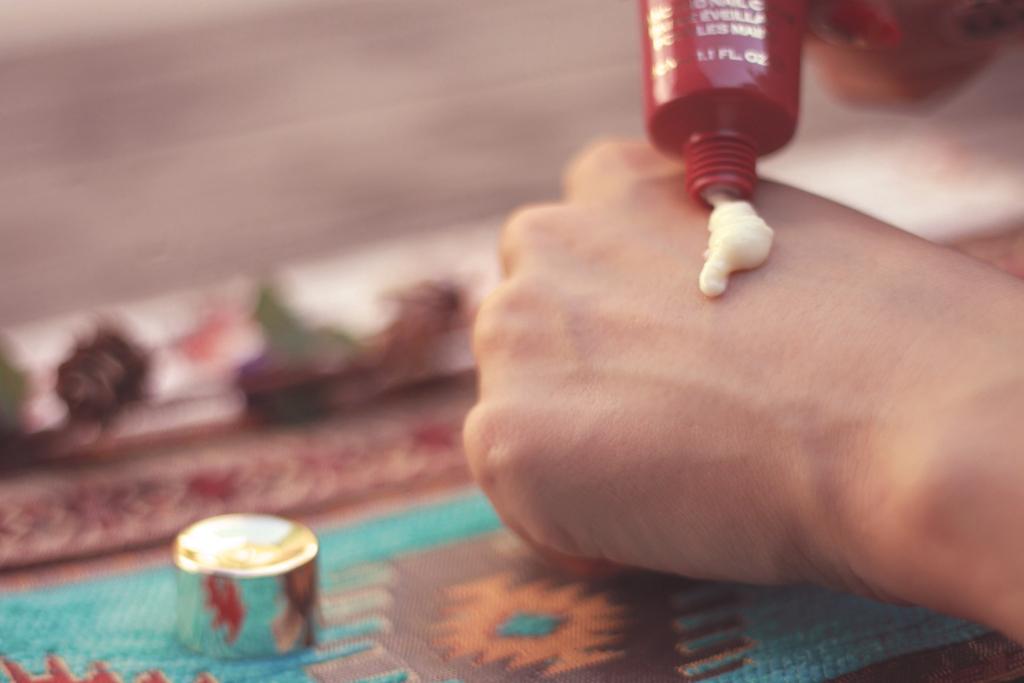 ハンドクリームを手の甲につけて温める