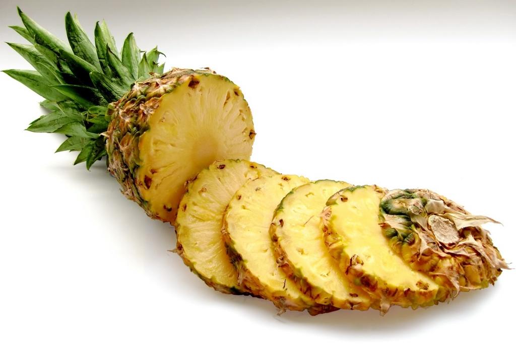 オレンジやパイナップルを食べると歯が白くなる