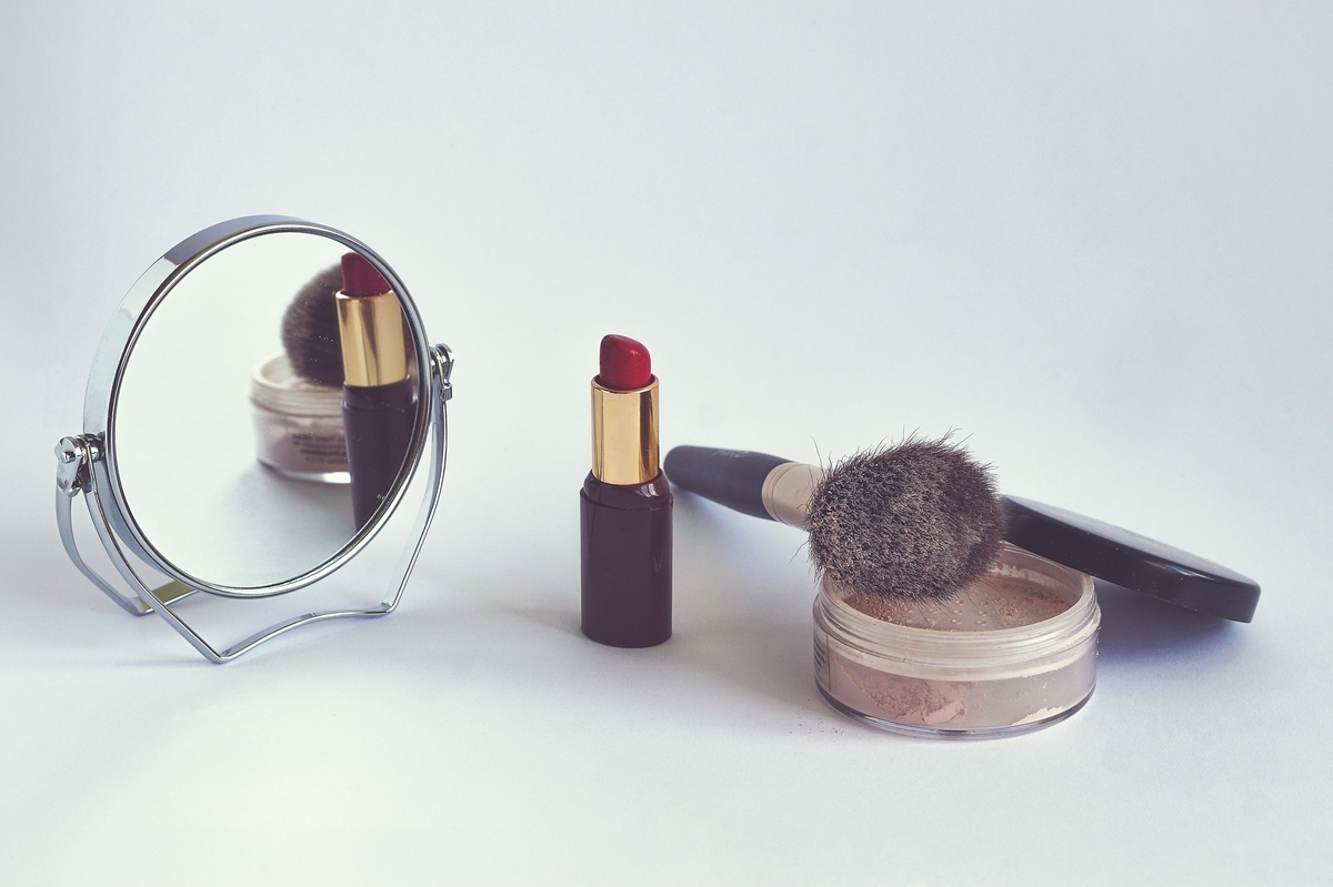 女性の化粧がマナーなのは誰のせい?【脱メイク論争】