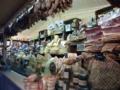 シャンゼリゼ通り沿い。チーズと燻製のお店