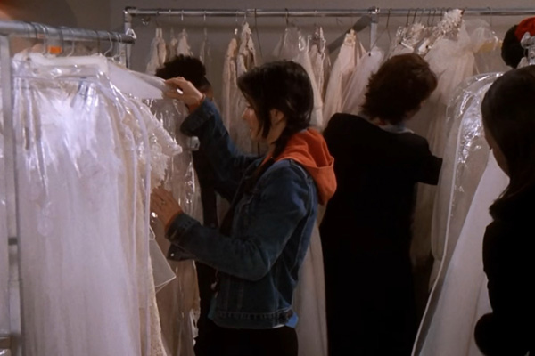 『フレンズ』で、モニカがウェディングドレスを選ぶ
