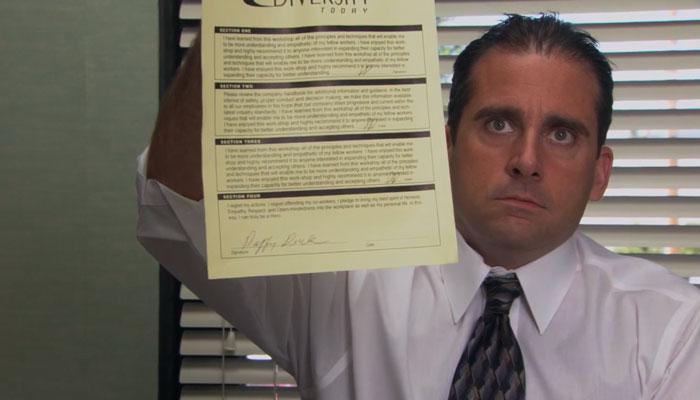 『ザ・オフィス』で、マイケルは人事部に提出する書類をカメラクルーに見せる