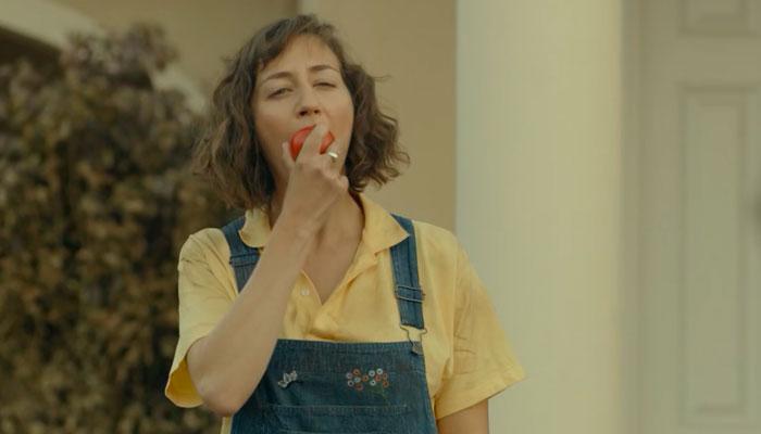 『The Last Man on Earth』で、自分で育てたトマトをかじるキャロル