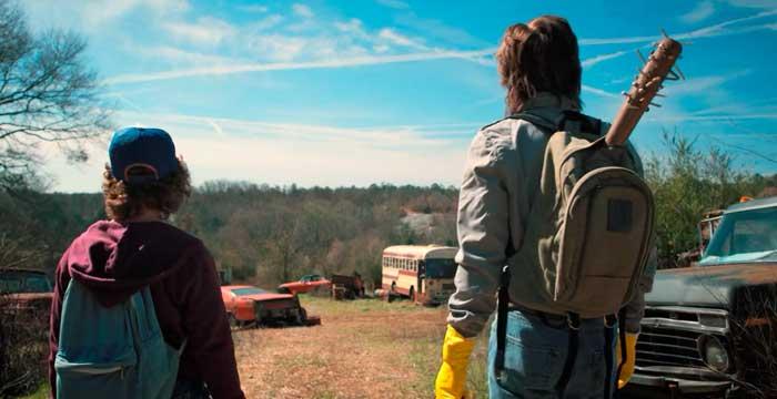 『ストレンジャー・シングス』で、怪物を待ち構えるのに手頃な空き地に来たダスティンとスティーブ