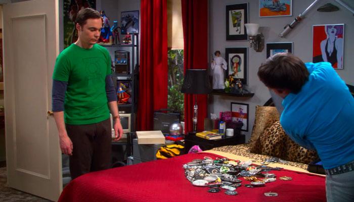 『ビッグバン★セオリー』で、シェルドンに所有するバックルを磨かせるハワード