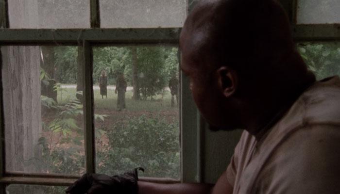 『ウォーキング・デッド』で、タイリースが家の外のゾンビに気付き周囲にpsstで知らせる