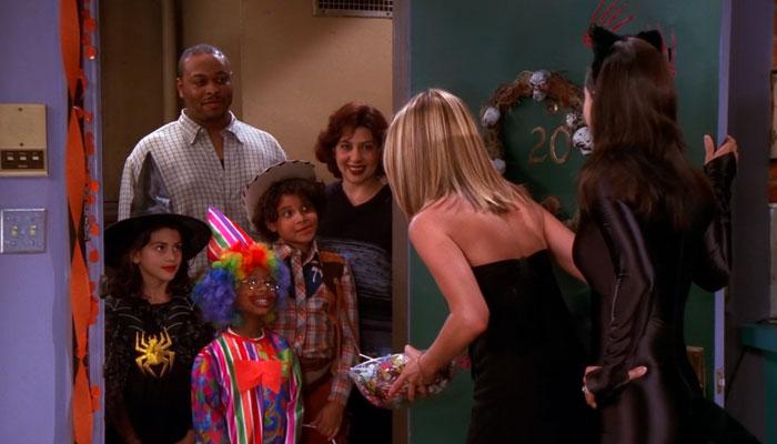 『フレンズ』で、ハロウィンでトリックアンドトリートにやってきたコスプレ子どもたちにお菓子を配るレイチェル
