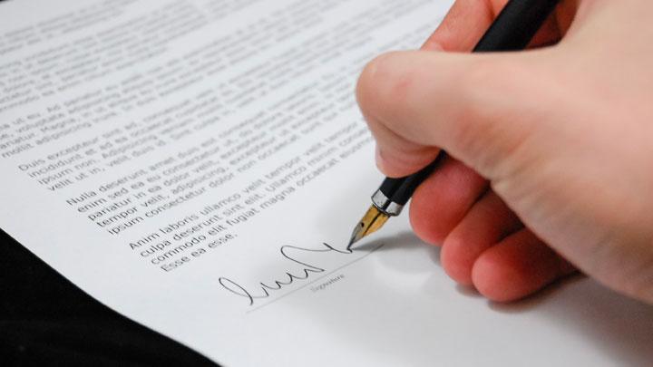 書類に自分の名前(ミドルネームを含む)を署名をする
