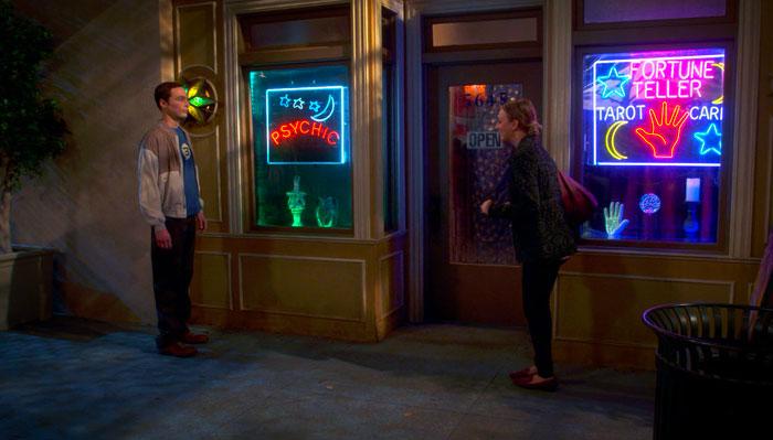『ビッグバン★セオリー』で、ペニーがシェルドンを手相占いに誘う