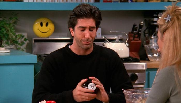 『フレンズ』で、ロスがレイチェルと会うべきかマジック8ボールに尋ねる