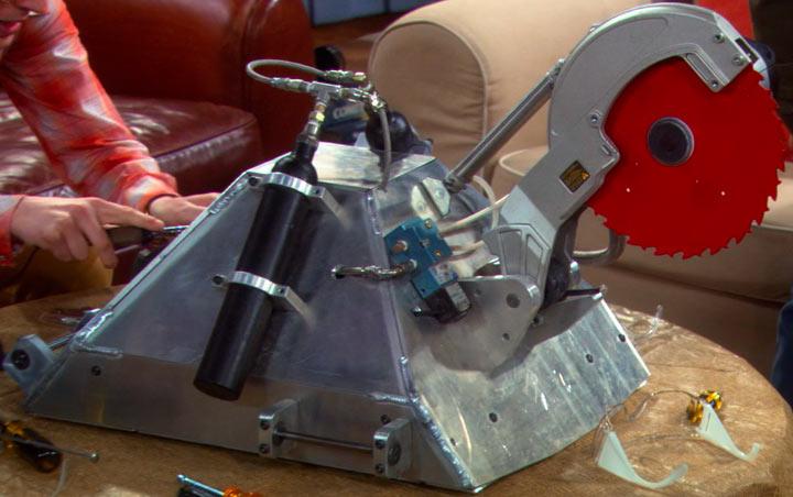 『ビッグバン★セオリー』で、キラーロボット「モンティ」を開発する4人組