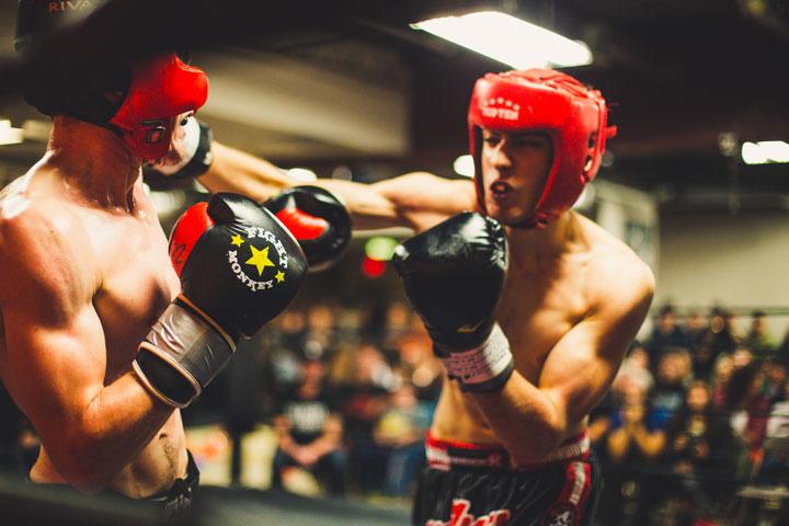 ボクシングのマッチで顔面にパンチを貰う