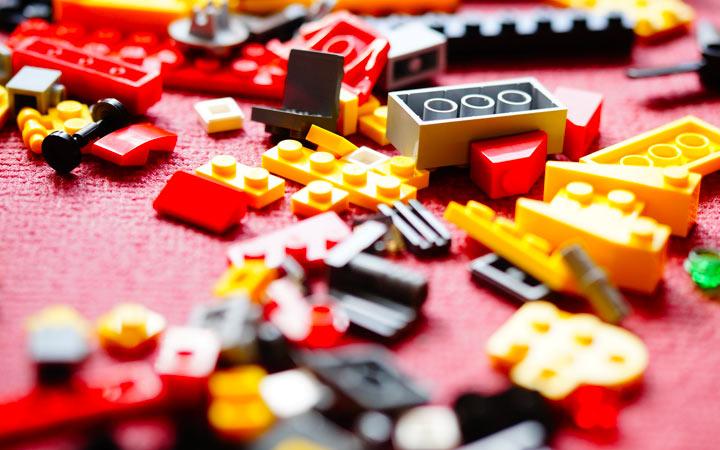 レゴブロックが雑多に散らかっている