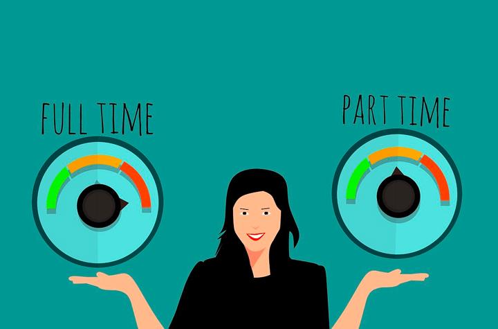 女性が正社員とバイトを天秤にかけるイラスト