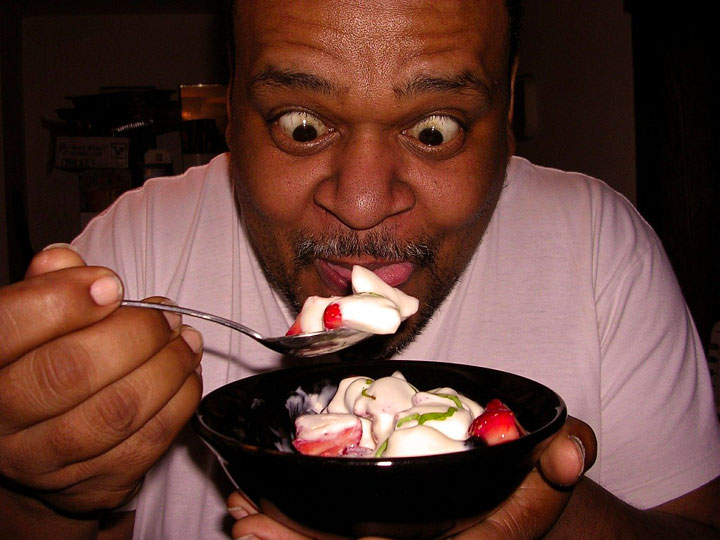 黒人男性がフルーツのヨーグルトがけに目をむく