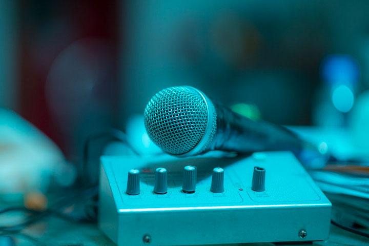 録音スタジオの機材の上に置かれたマイク