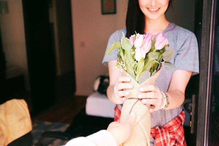 女性にプレゼントの花を仲直りの印としてあげる