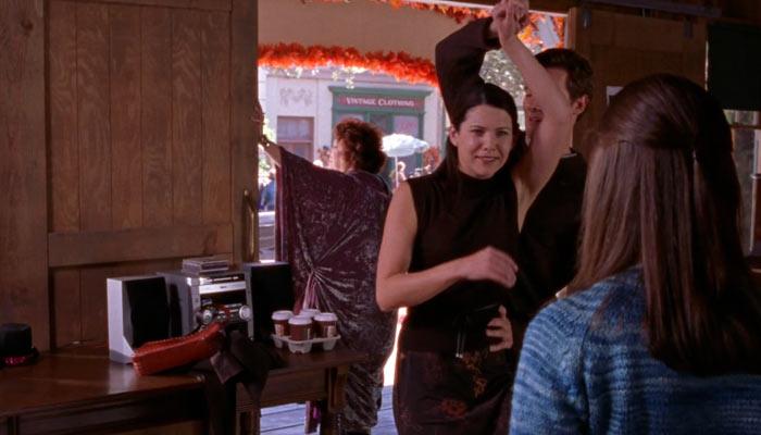 『ギルモア・ガールズ』で、娘ローリーにダンスのお手本を見せようとするクリストファーとローレライ