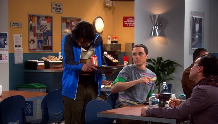 『ビッグバン★セオリー』で、ラジがくしゃみをしたことで、手術用マスクをするよう命令するシェルドン