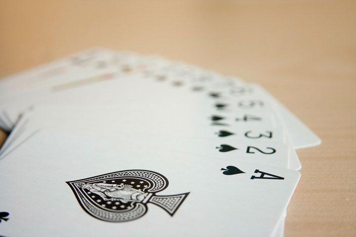 テーブルの上に広げられたトランプのカード