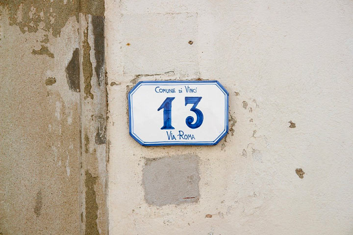 13を示す看板