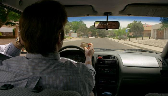 『ベター・コール・ソウル』で、ジミーは運転しながらクレジットカードの番号を電話で伝える