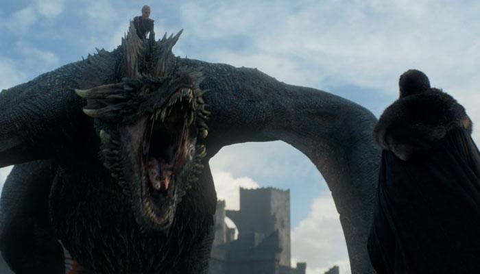 『ゲーム・オブ・スローンズ』で、ドラゴンに乗るシーンをクロマキー合成した後の実際の画面