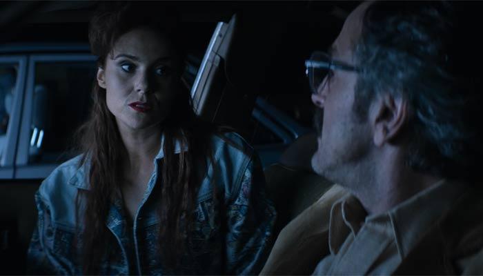 『GLOW』で、ブリタニカはサムとルースに苛ついておしっこと言い訳