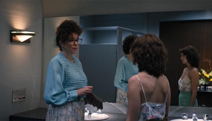 『GLOW』で、配役担当をトイレで待ち構えるルース