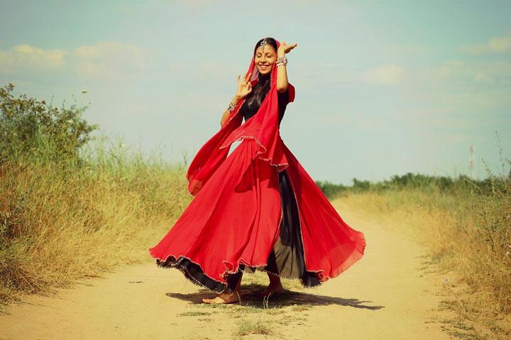 インド女性が道の真ん中で踊る
