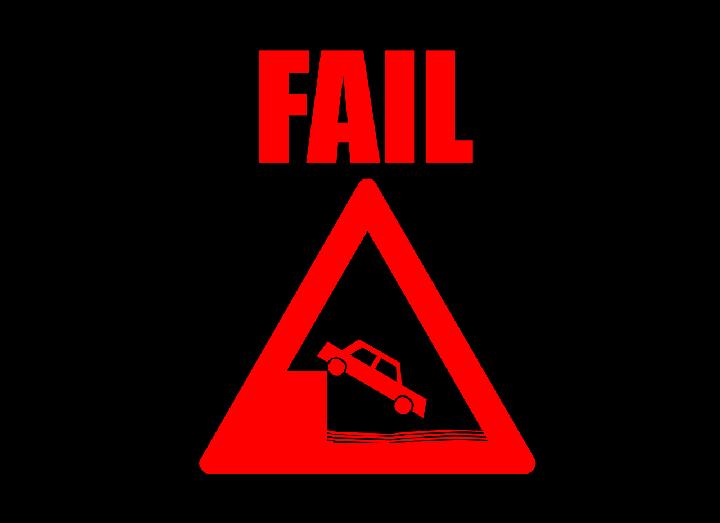 車が崖から落ちるFAILと書かれた注意標識