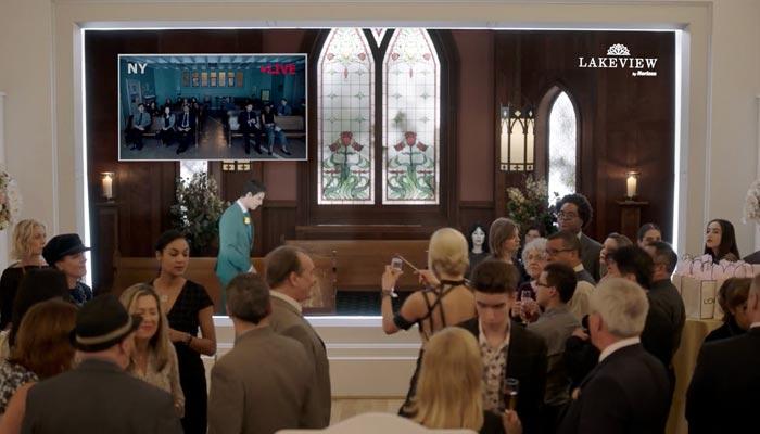 『アップロード』で、葬式セレモニーでグラスを叩いてゲストの注目を集めるイングリッド