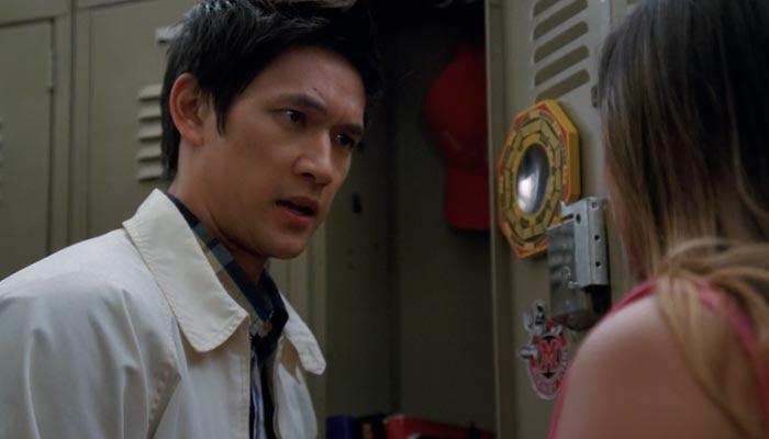『glee/グリー』で、ティナとマイクがロッカーの前で会話