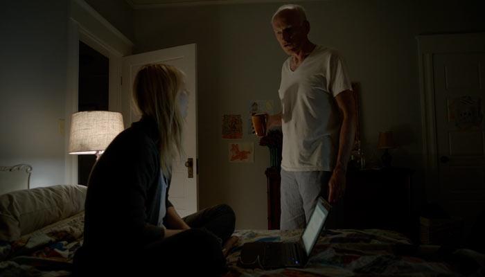 『ホームランド』で、キャリーは父親から眠れと言われ従う