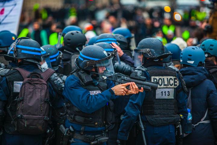 暴動を抑える警察部隊