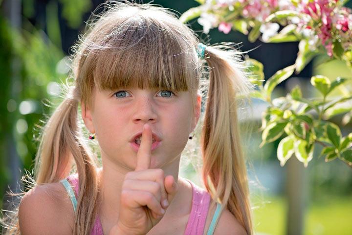 子供が人差し指を唇に添えてシーッをする