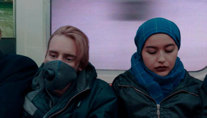 『アップロード』で、地下鉄でマスクする乗客
