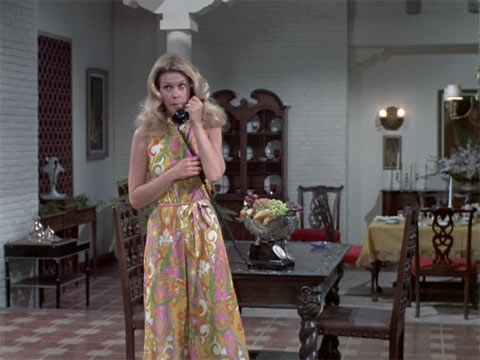『奥さまは魔女』で、サマンサが黒電話で話す
