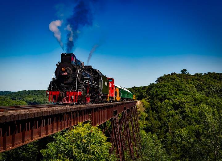 鉄橋の上を煙を出しながら駆け抜ける蒸気機関車